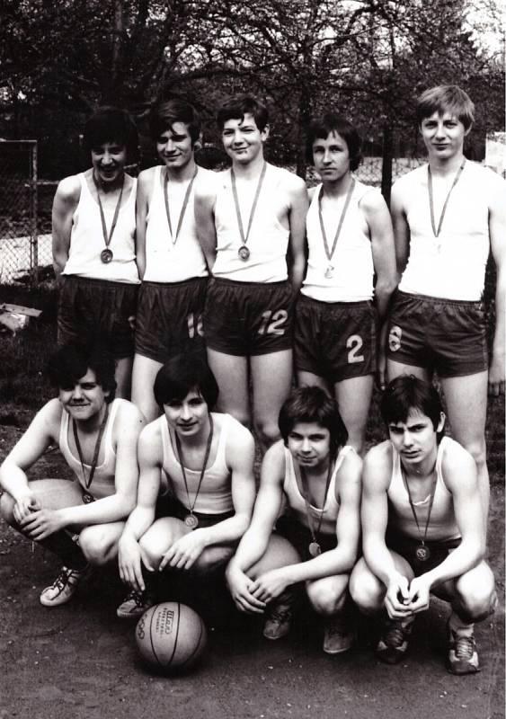 2. NAŠI SPORTOVCI. Vroce 1974 družstvo pod vedením tělocvikáře Jana Milka vyhrálo spartakiádní soutěž vkošíkové a postoupilo do krajského kola.