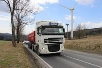 Na silnici přes Ramzovou jezdí kvůli objížďce Červenohorského sedla více kamionů. Snímek ze stoupání mezi Brannou a Ostružnou.