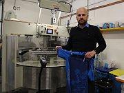 Firma Atex má v Jeseníku šicí dílnu i dílnu, kde se švy lepí. Nově zde otevřela také obchod.
