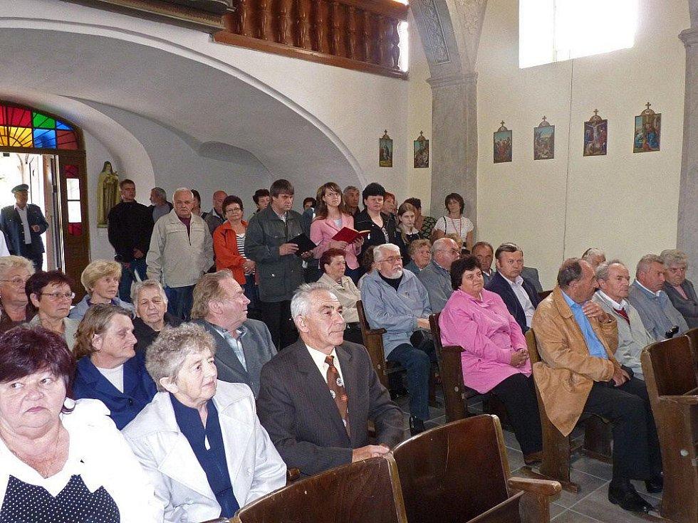 Zachráněný kostel v Pobučí požehnal arcibiskup