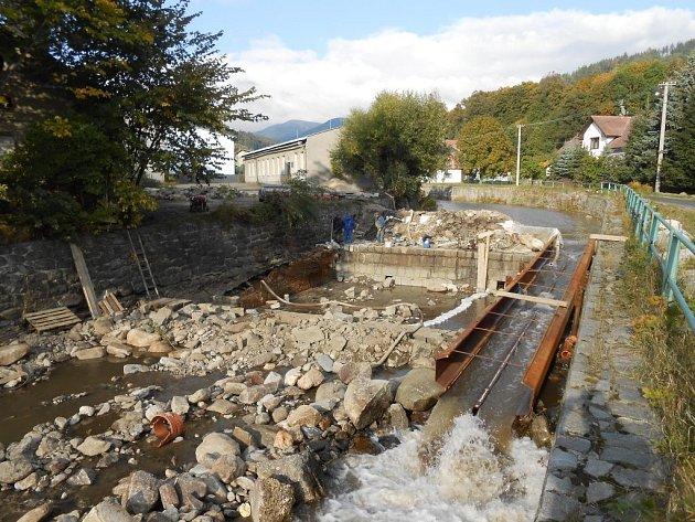 Povodí Moravy nechalo opravit pět kamenných protipovodňových zábran na řece Desné poblíž Rejhotic, místní části Loučné nad Desnou. Poničila je velká voda v roce 2007.