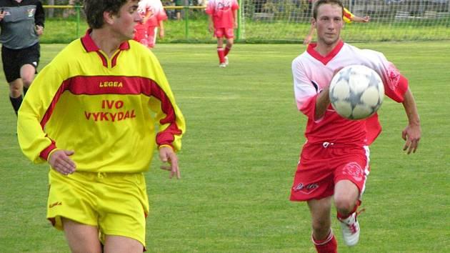 Fotbalistům Vikýřovic (na archivním snímku žlutý dres) se nedaří, jsou poslední.