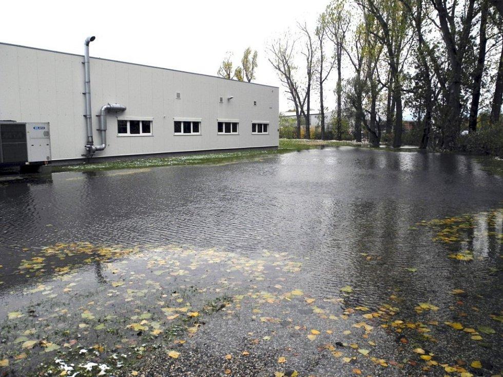 Snímky z lokality společnosti SHM, kterou zatopila voda kvůli bobří hrázi.
