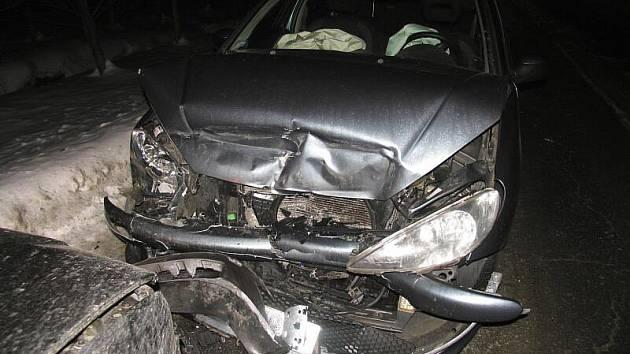 Takhle dopadl střet VW Bora a Peugeotu 206 u Svébohova