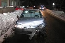 Nárazem poničený peugeot, který řídil mladík bez řidičáku