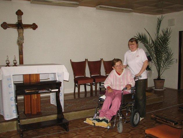 Hedvika Zimčíková přiváží jednu z babiček do kaple k modlitbě.