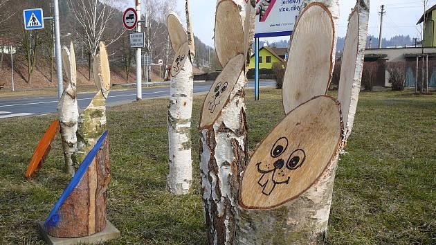 Centrum Hanušovic zdobí dřevění zajíci.