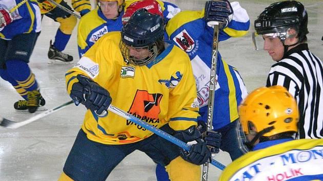 Junioři Mladých Draků (žlutý dres) vedou tabulku 1. ligy bez ztráty kytičky.