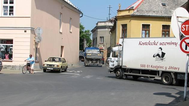Od příštího roku budou muset kamiony směřující na nedaleký hraniční přechod do Polska projíždět úzkým krčkem přímo v centru Javorníku.