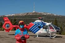 Zásah vrtulníku u lyžaře se zlomenou nohou na Ovčárně