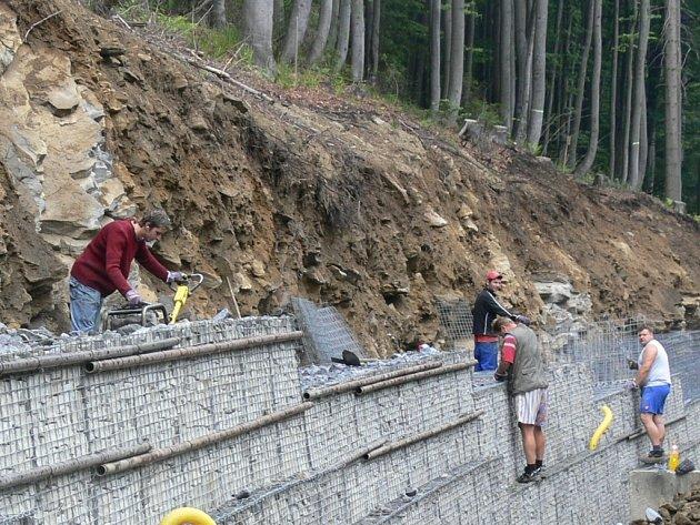 Stavební dělníci kolem silnice na Červenohorské sedlo.