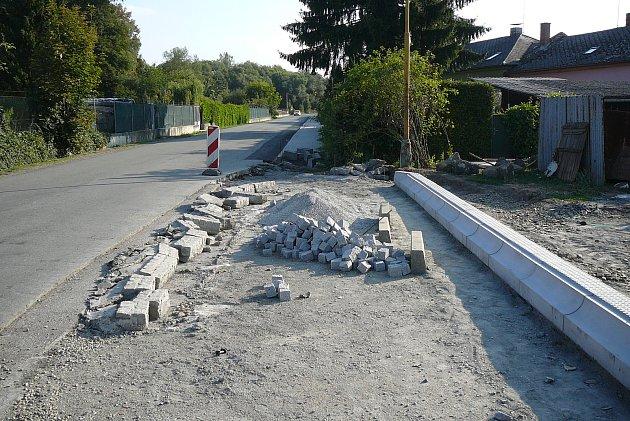 Stavba chodníků v Sudkově v srpnu 2018.