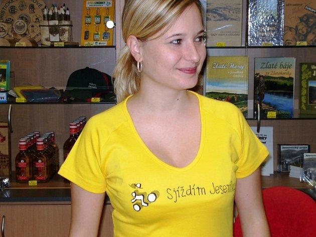 Tak zní motiv nové kolekce triček, které pro předvánoční trh připravilo sdružení  měst a obcí nazvané Jeseníky přes hranici.