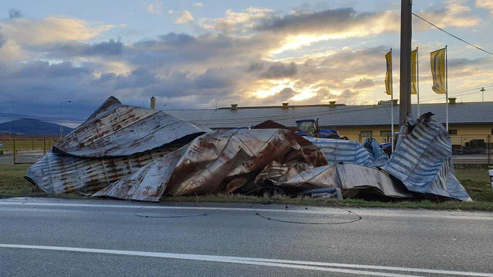 Utržená střecha u kruhového objezdu na obchvatu Zábřehu - následek vichru z 10. na 11. března 2019