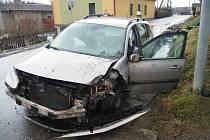 Nehoda v Žádlovicích. Opilý řidič zboural telefonní sloup