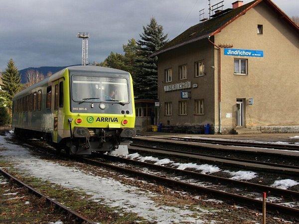 Vlak firmy Arriva na nádraží vJindřichově při jízdě zPrahy do Jeseníku.