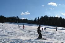 Sluníčko a příjemné teploty kolem nuly vylákaly v neděli 3. února do Jeseníků tisíce lyžařů. Snímek je ze zimního střediska na Ramzové.