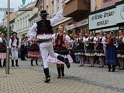 Divácky nejoblíbenější je roztančená ulice. Všechny zúčastněné soubory projdou v průvodu Šumperkem, na několika místech se zastaví a zatančí či zazpívají. Obrovský úspěch sklízeli i tanečníci ze souboru Jahodná z Košic