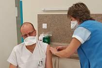Jako jeden zprvních se v šumperské nemocnici nechal naočkovat rovněž lékař oddělení ARIP Marián Olejník