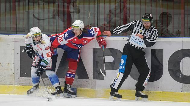 Dominik Valík v červeném dresu Třebíče během prosincového utkání s Kladnem