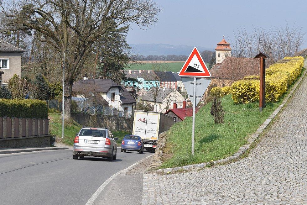 Město Úsov - silnice u zámku