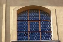 Okno poničené čápem
