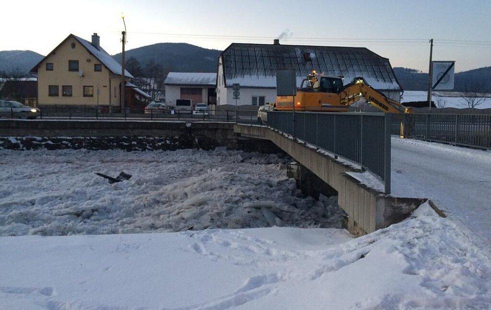 Kry v korytě řeky Bělé u jednoho z mostů odstraňoval v neděli 8. ledna bagr