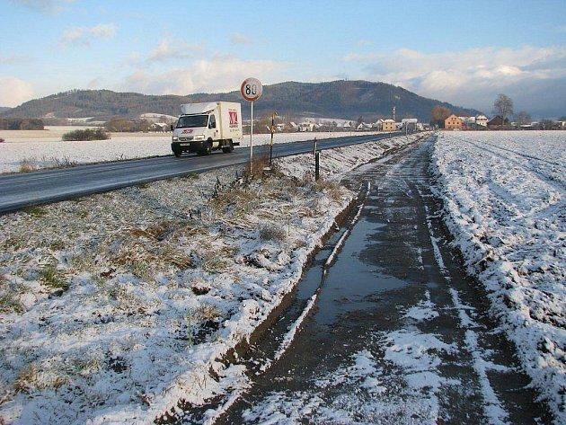 Stavba stezky pro cyklisty a pěší podél silnice mezi Šumperkem a Rapotínem začala 21. listopadu 2011