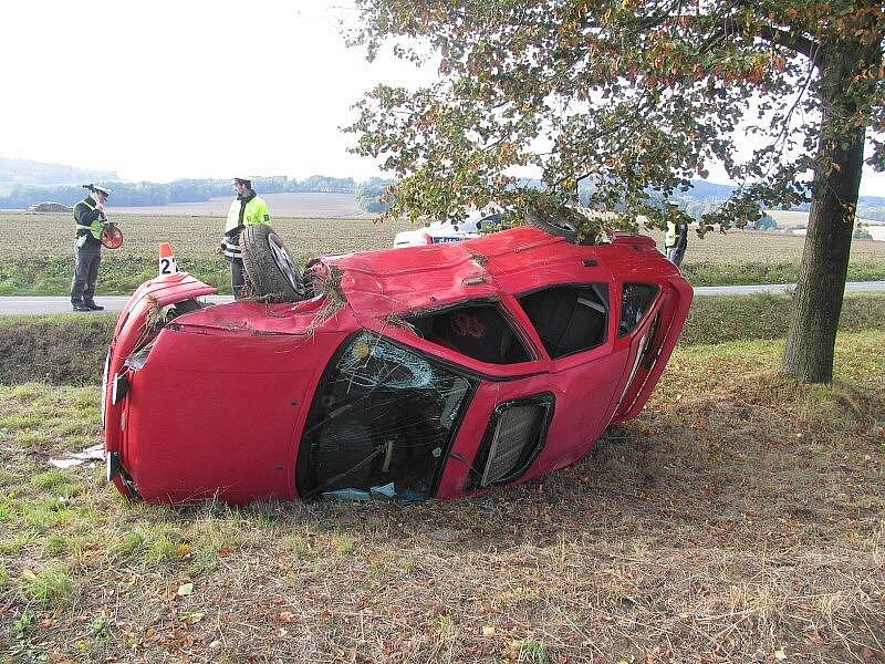 Takhle skončila u Rovenska cesta fordu, který řídil opilý řidič