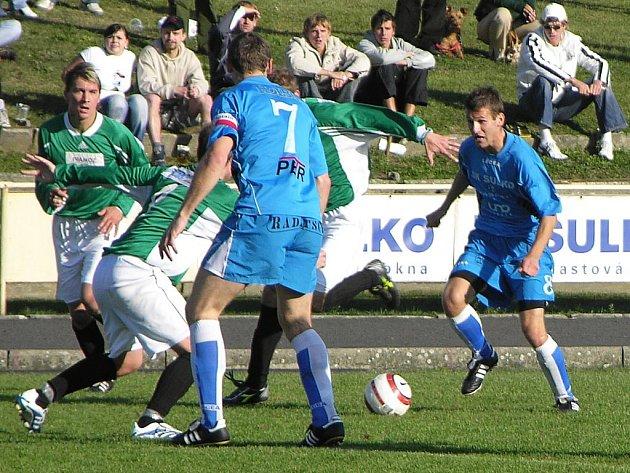 Zábřežští fotbalisté útočí, typický obrázek letošní sezony. Zády se sedmičkou je kapitán Sulka Lubomír Pinkava.