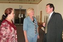 Tatiana Svobodová (vlevo) a Ludmila Doležalová přednesly řediteli hotelové školy Jindřichovi Kubíčkovi žádost studentů  seniorů, kteří mají zájem dál prohlubovat své vědomosti