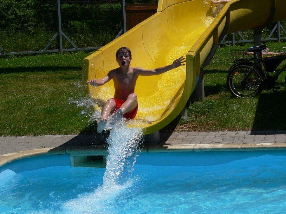 První letní den na šumperském koupališti.