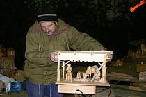 Pavel Nenkovský staví betlém před Vánocemi už víc než třicet let.