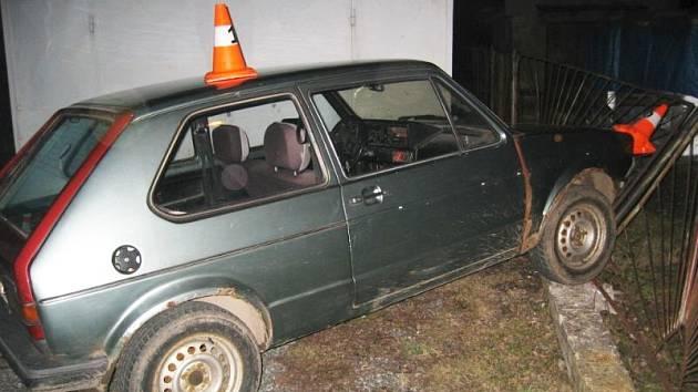 Řidič usedl do vozu bez brzd.