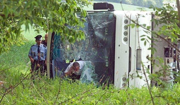 Sedm lidí se zranilo při nehodě autobusu, která se stala v úterý 22. května v 8.20 ráno na silnici mezi Rovenskem a Postřelmůvkem. Autobus skončil mimo silnici, kde se převrátil na bok.