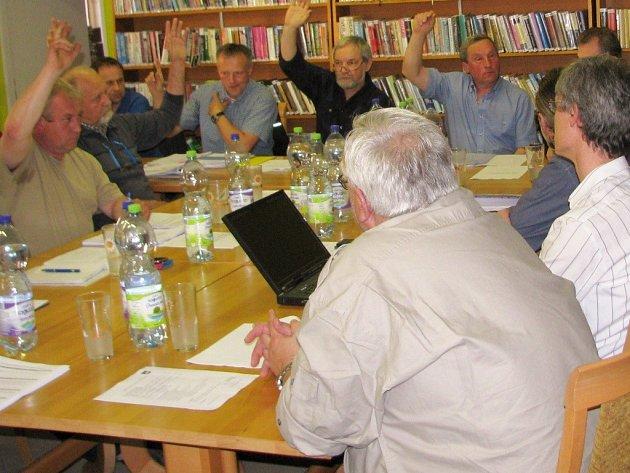 Pro odvolání Luďka Felkla z funkce starosty Nového Malína zvedlo ruku deset z patnácti zastupitelů.