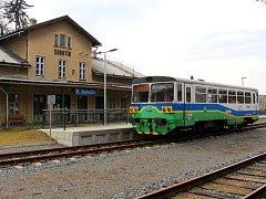 Železniční stanice Sobotín ležící na okraji Petrova nad Desnou.