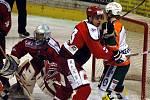 Mostečtí hokejisté (bilé dresy) úspěšně vstoupili do play-out, když na domácím ledě porazili 3:1 Prostějov.