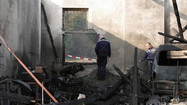 Přičinu požáru v Bohdíkově zjišťovali v pondělí hasiči i policisté pomocí cvičeného psa