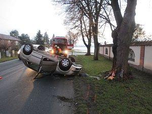 Nehoda v Postřelmově: auto skončilo na střeše