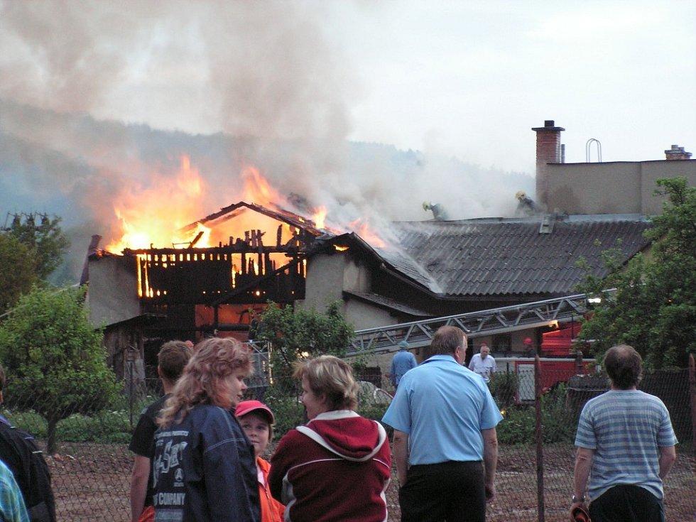 Ze stodoly v Brníčku šlehaly v pondělí 28. května večer vysoké plameny. Naštěstí nepřeskočily na sousední rodinný dům.