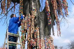 O nazdobení stromu se postarali místní šermíři a táborníci