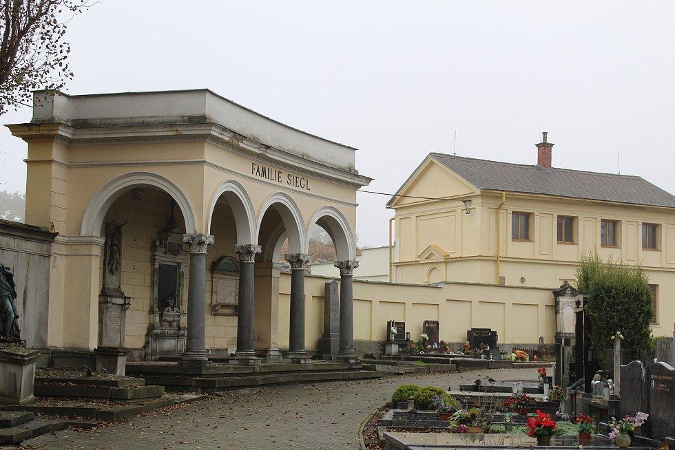 Nádhernou novoklasicistní vilu si po roce 1867 nechal v Šumperku postavit textilní podnikatel Robert Siegl se svojí manželkou Emmou pocházející z rytířského rodu Terschů.
