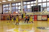 Snímek ze začátku utkání ve Strakonicích.