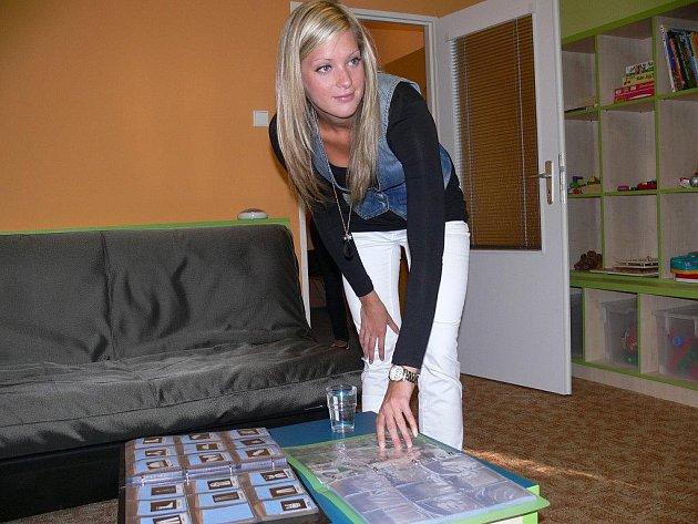 Asistentka Aneta Kadlecová ukazuje piktogramy, které slouží ke komunikaci s autisty
