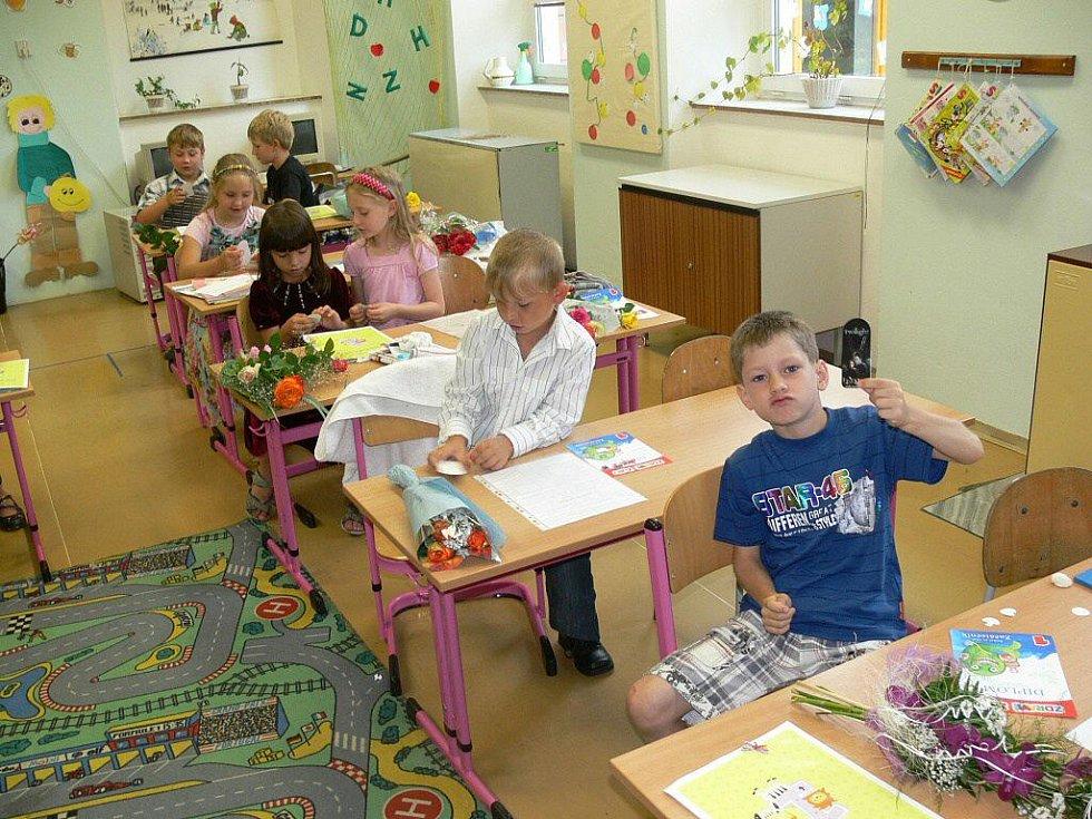 Předávání vysvědčení v první třídě školy ve Vikýřovicích na Šumpersku
