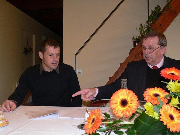 David Kestl (vlevo) z olomoucké firmy K3 sport podepisuje společně s hejtmanem Martinem Tesaříkem smlouvu o poskytnutí stamilionové dotace