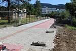 Cyklostezka Jeseníkem bude po šesti letech kompletní. Poslední úsek Za Plynárnou nyní dokončují stavbaři. Foto z úterý 8. srpna.