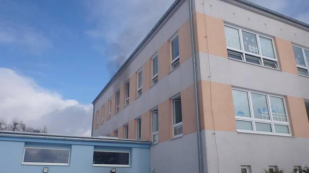 Požár v nově budované přístavbě školy v Písařově si vyžádal evakuaci dětí i personálu.