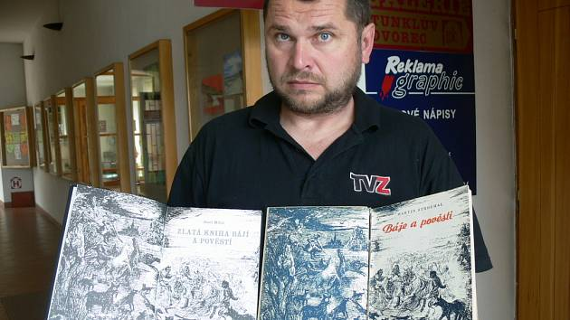 Vnuk autora pověstí Martin Strouhal předvádí první strany obou knih. Úvodní ilustrace je stejná.